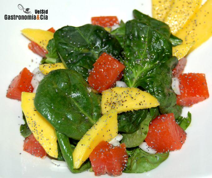 Ensalada de espinacas con salmón marinado y mango