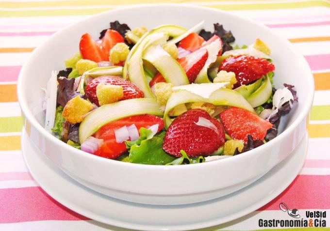 Ensalada con fresas y espárragos verdes