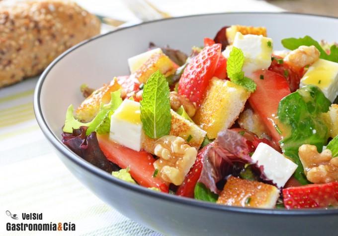Ensalada con fresas, queso feta y vinagreta de miel