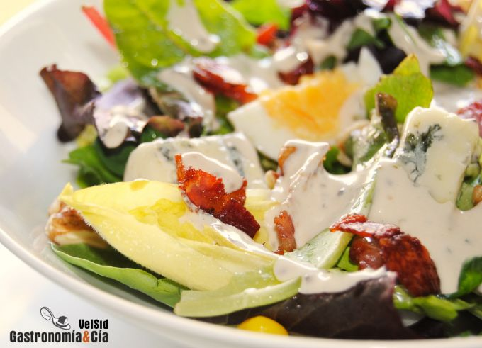 Ensalada con gorgonzola, bacon y nueces