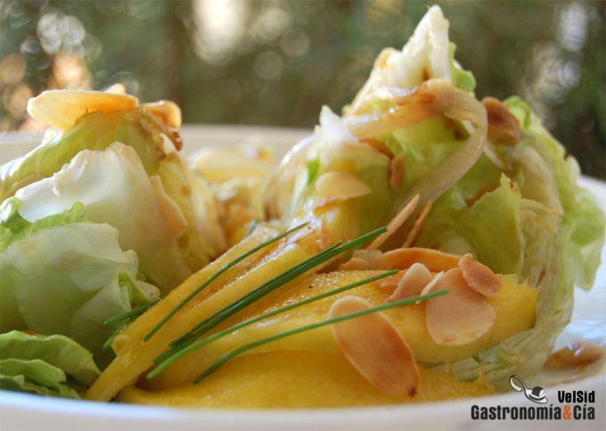 Ensalada de lechuga iceberg con mango y almendras