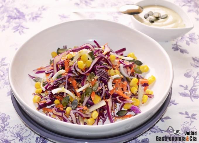 Ensalada de lombarda y zanahoria con salsa de yogur y s