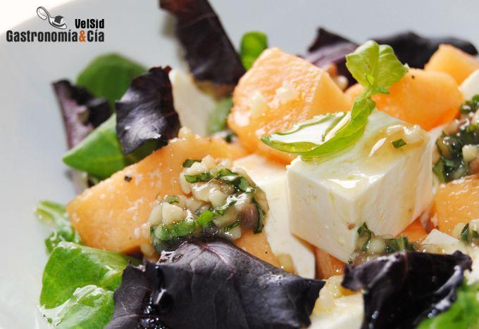 Ensalada de melón, queso feta y vinagreta de anchoas