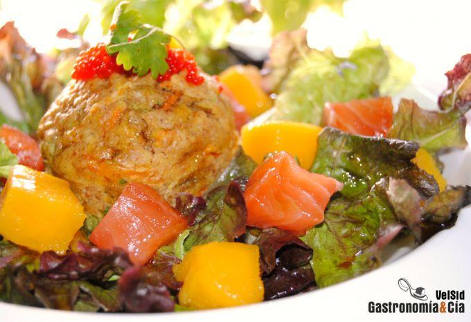 Ensalada de salmón y mango con muffin de zanahoria