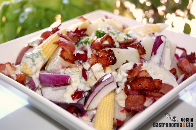 Ensalada de patata con salsa de queso ahumada
