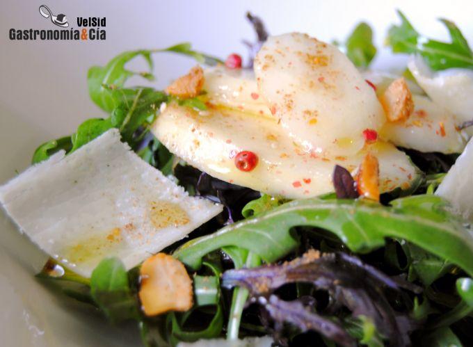 Ensalada de pera, parmesano y rúcula