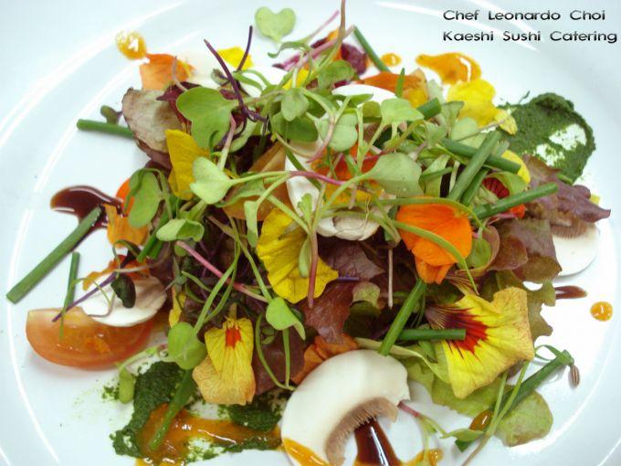 Ensalada silvestre con tartar de salmón de Noruega