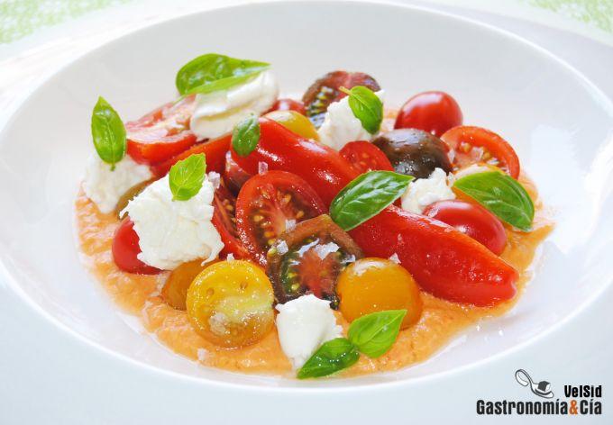 Ensalada de tomate con salmorejo
