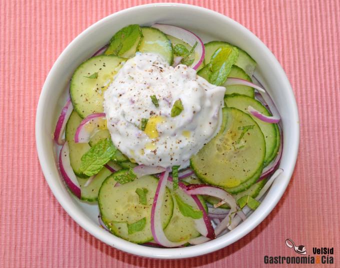 Ensalada de pepino con salsa de yogur y hierbabuena, se
