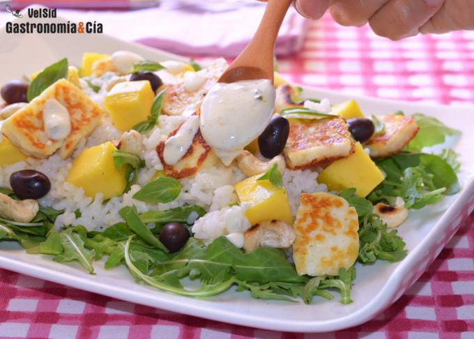 Ensalada de arroz con mango, queso halloumi y salsa de