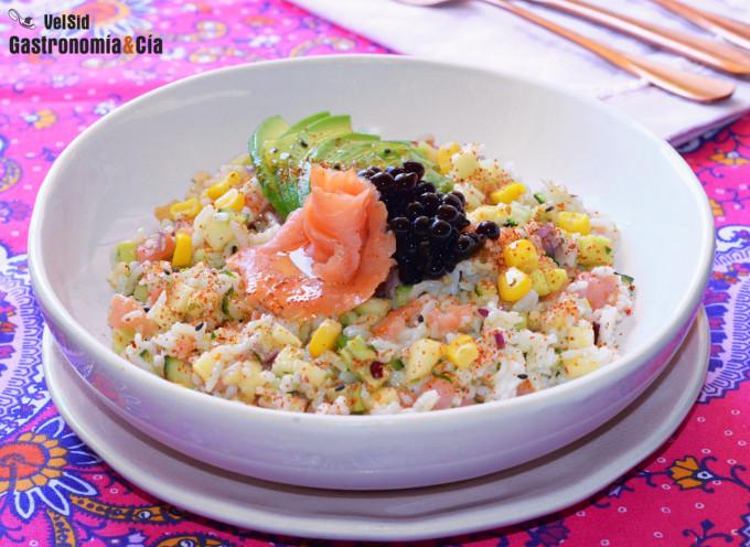 Ensalada de arroz con salmón ahumado, pepino y vinagret