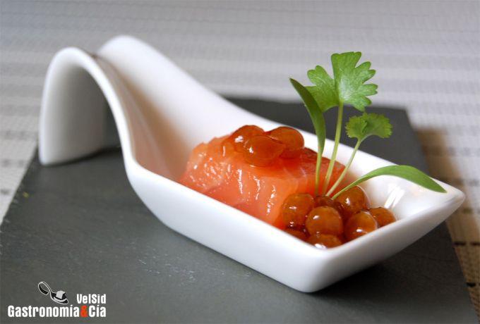 Salmón marinado con caviar de soja