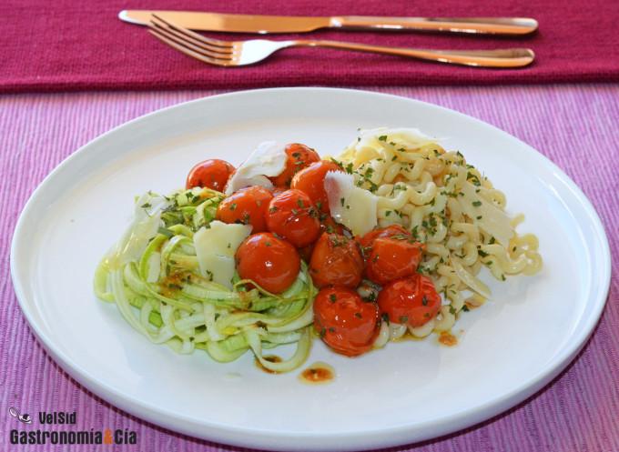 Espaguetis de pasta y de calabacín con tomates cherry s