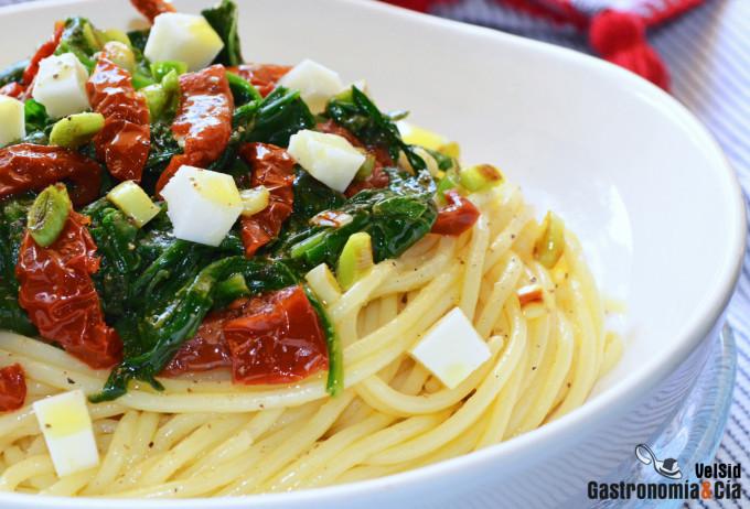 Espaguetis con espinacas y tomates secos