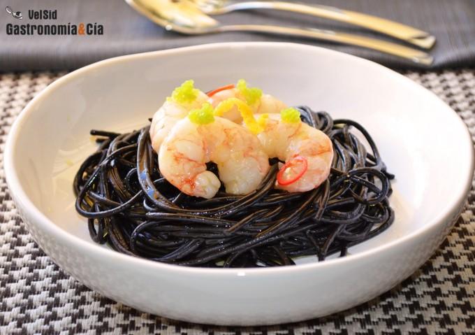 Espaguetis negros con gambas confitadas