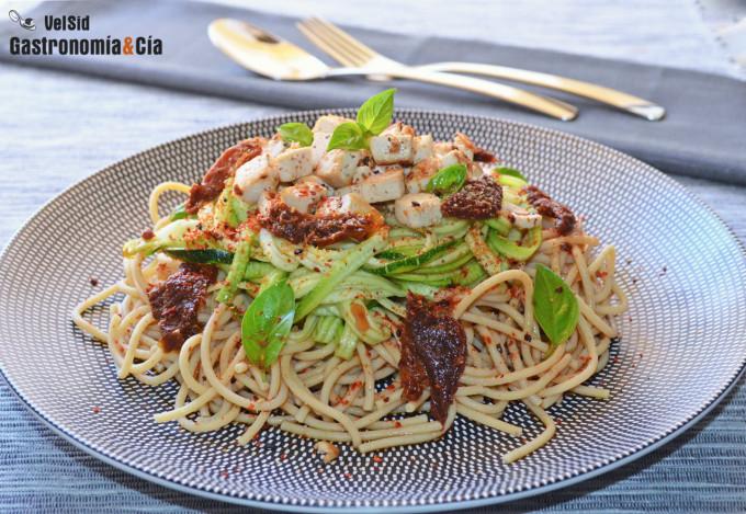 Espaguetis de garbanzos y de calabacín con tofu y vinag