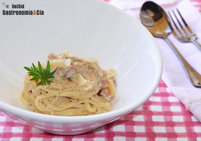 Espaguetis con nata y bacon ahumado