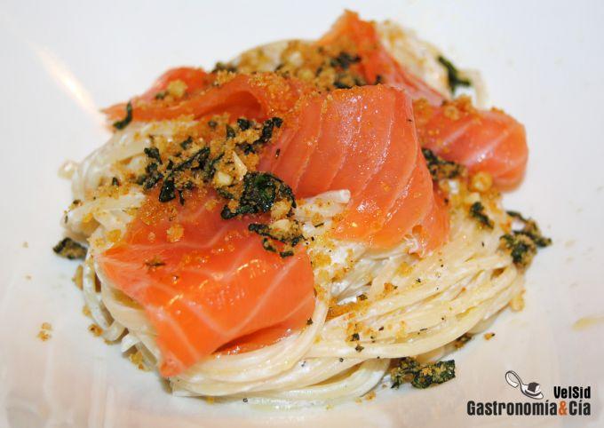 Espaguetis con salmón ahumado y pangrattato de espinaca