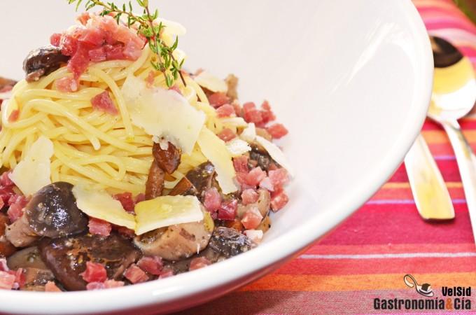Espaguetis con setas y jamón