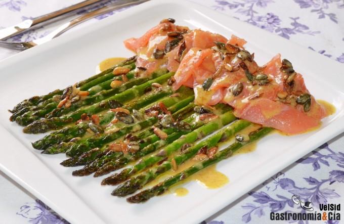 Espárragos verdes con salmón ahumado y aderezo de mosta