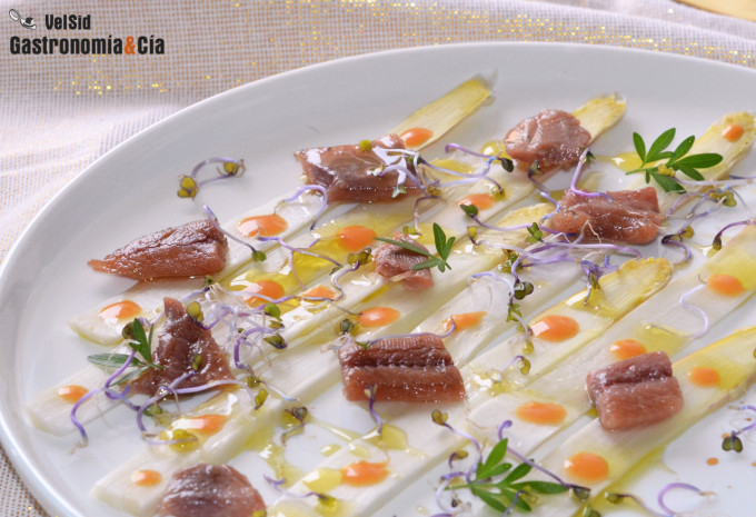 Carpaccio de espárragos blancos frescos con sardina anc
