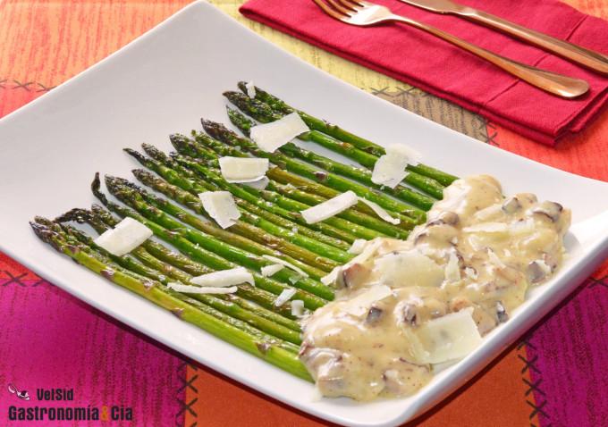 Espárragos verdes con salsa cremosa de mascarpone, shii