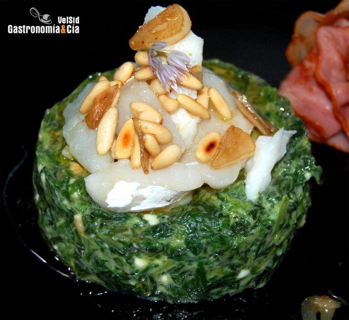 Espinacas con bechamel y bacalao con vinagreta de ajos