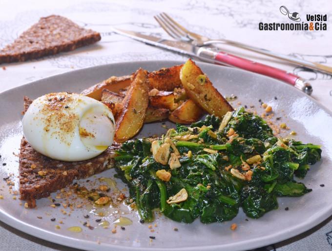 Espinacas salteadas con patatas, huevo mollet y dukkah