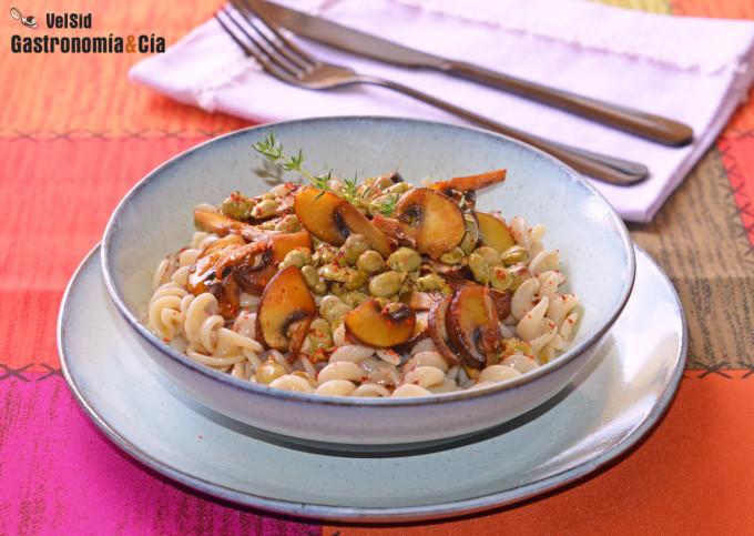 Espirales de arroz integral con habitas fritas y champi