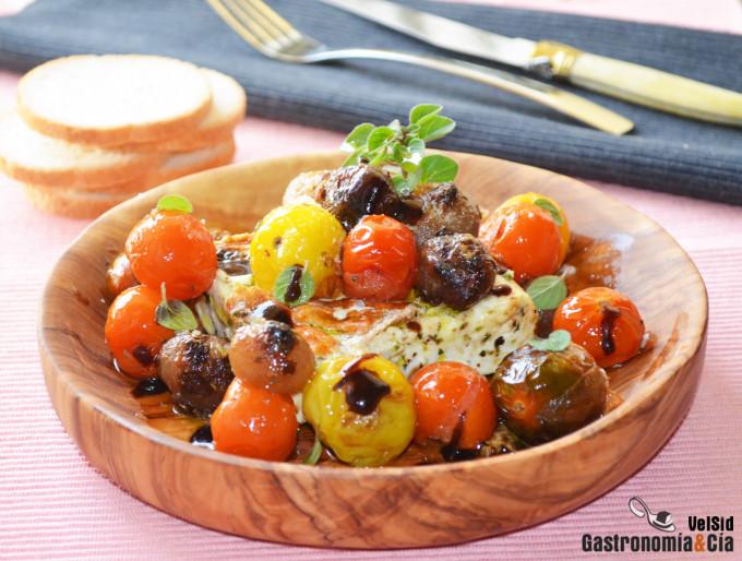 Queso feta a la plancha con tomatitos y cebollitas