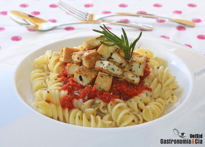 Fusilli con tomate y tofu al romero