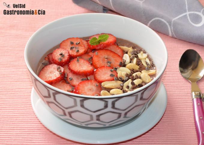 Gachas de avena con chocolate, fresas y cacahuetes
