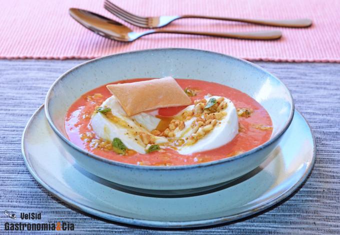 Gazpacho con mozzarella de búfala y vinagreta de frutos