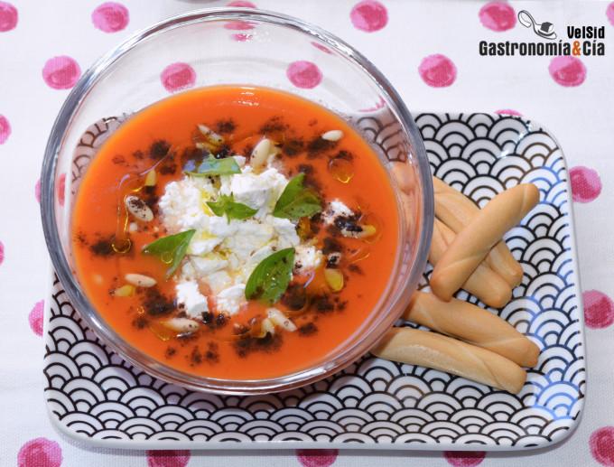 Gazpacho con zanahoria, con queso de cabra y albahaca