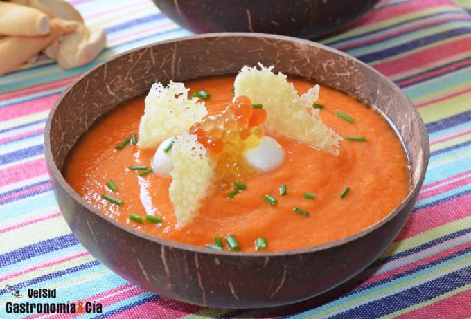 Gazpacho de papaya con crujiente de queso y mozzarella