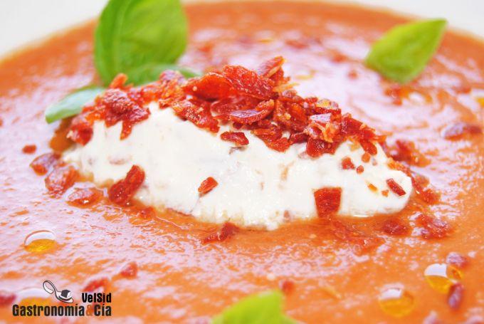 Gazpacho con quenelle de queso crema fresco y crujiente