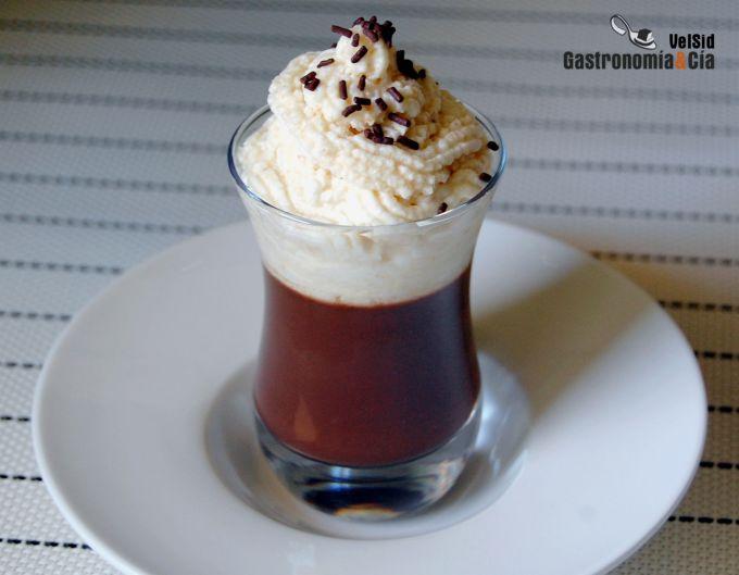 Gelatina de chocolate con espuma de avellana