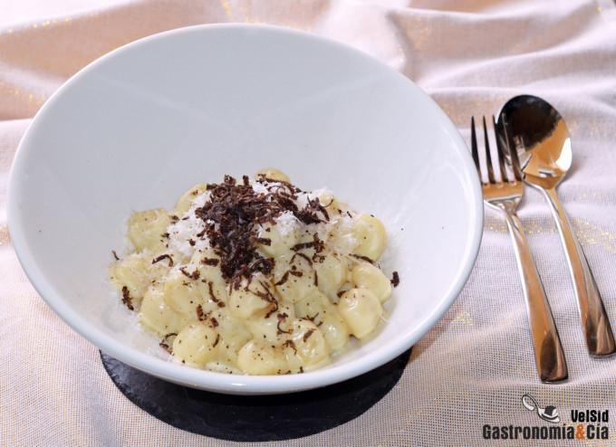 Ñoquis cremosos con mascarpone, parmesano y trufa negra