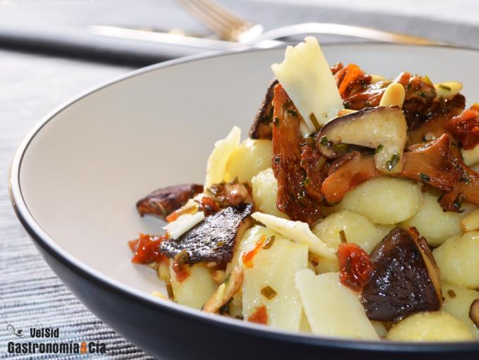 Ñoquis con rebozuelos, shiitake y vinagreta de tomate s