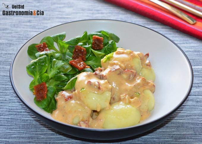 Ñoquis rellenos con salsa de queso de cabra y tomate se