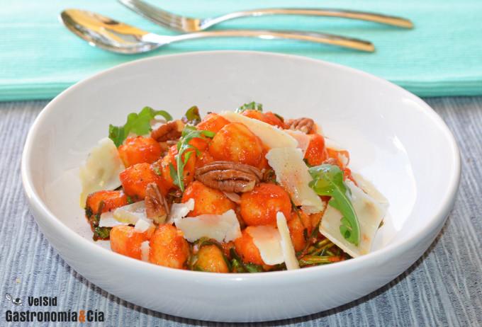 Ñoquis con salsa de tomate y aove, rúcula y parmesano