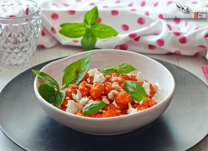 Gnocchi con tomate y ricota salada