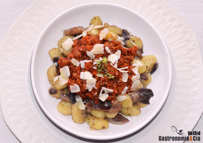 Gnocchi con setas y boloñesa vegana