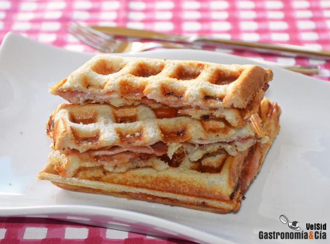 Sándwich de bacon con queso en gofrera