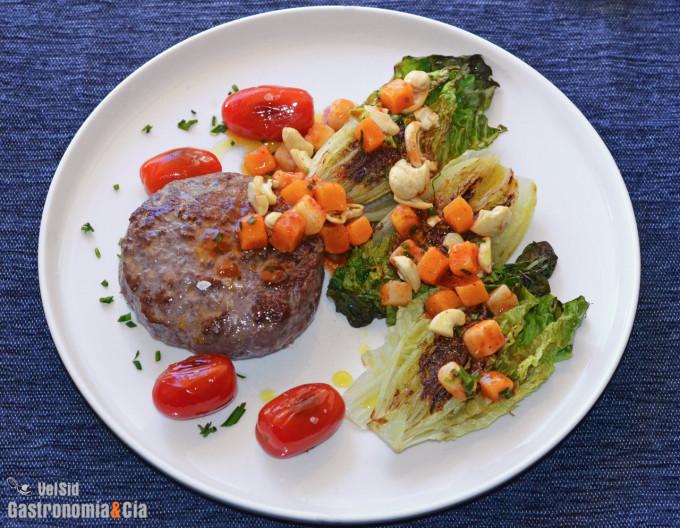 Hamburguesa al plato con cogollos a la plancha y aderez