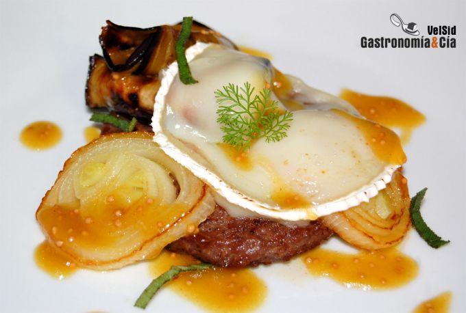 Hamburguesa con berenjena, queso y vinagreta de arce
