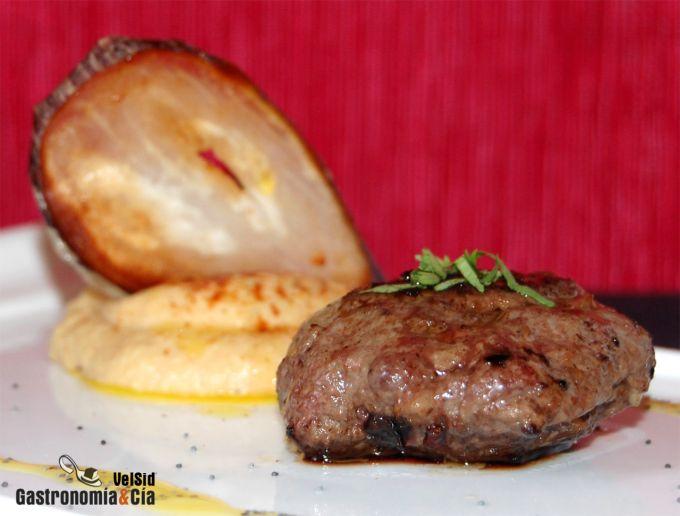 Hamburguesas especiadas con hummus y berenjena crujient