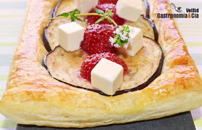 Hojaldre de berenjenas, fresas y queso feta