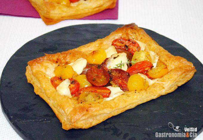 Hojaldre con tomates cóctel y queso brie