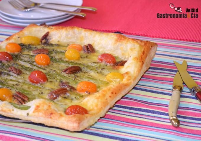Hojaldre con mozzarella, espárragos y tomates cherry